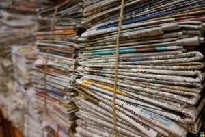 束にしてある新聞紙
