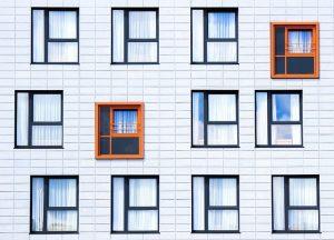 壁にあるたくさんの窓