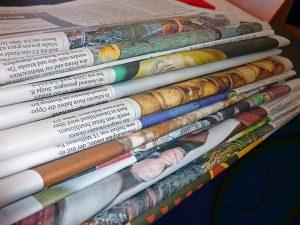 積み重ねられた新聞紙