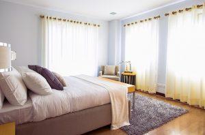 寝室の白いレースのカーテン