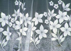 花柄のレースのカーテン