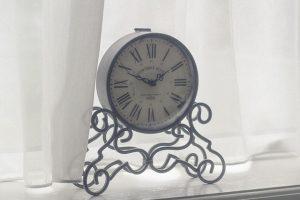 時計とレースのカーテン