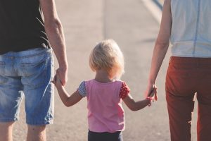 父と母と息子が手を繋いで歩く様子
