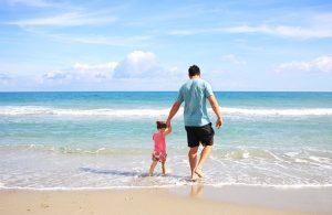 海を散歩する父と娘