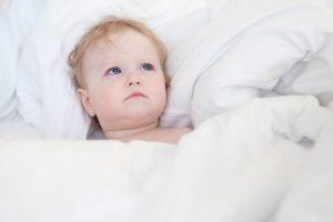 きれいなシーツで寝る赤ちゃん
