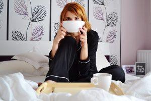 ベッドで食事する女性