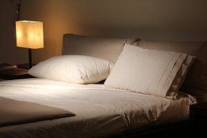 シックなベッドと枕