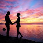 夕方の海辺の夫婦