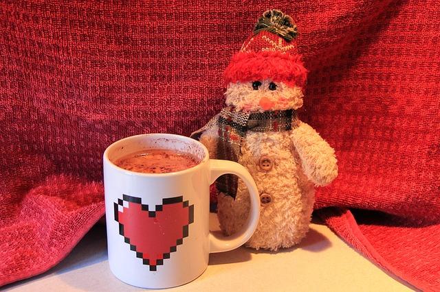 温かい飲み物と毛糸の人形