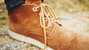 スエードの茶色いブーツ