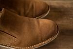 スエードの茶色のブーツ