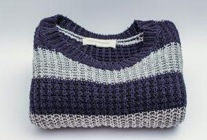 黒とグレーのセーター