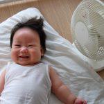 扇風機と笑顔の赤ちゃん