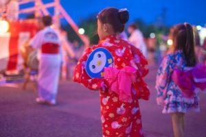 祭りで浴衣を着る女の子