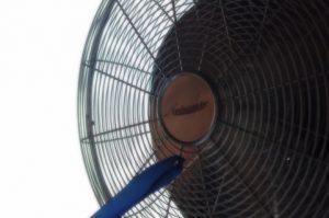 古いシルバーの扇風機