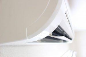 白い清潔感のあるエアコン
