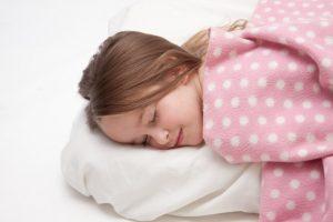 快適に睡眠する女性