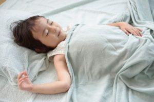布団で寝ている子供