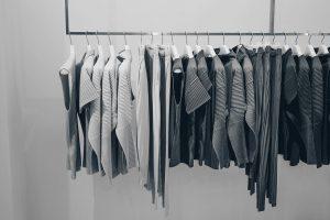 色ごとに並べられた服