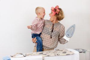 子供を抱えて家事をする母親