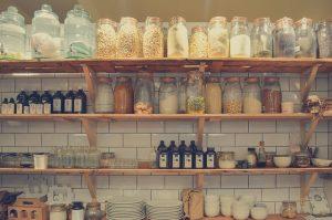 棚に置かれているたくさんの瓶