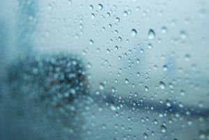 窓ガラスに付いた水滴