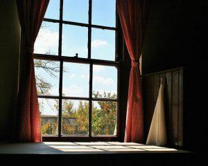 赤色のカーテンと窓