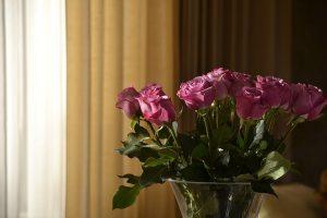 窓辺に置いた花とカーテン