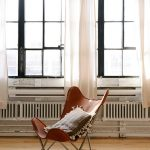 白いカーテンと木の椅子