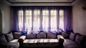 青いレースのカーテン