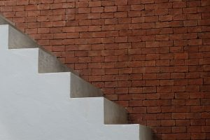 壁がレンガの白い階段