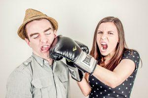 夫を殴る妻