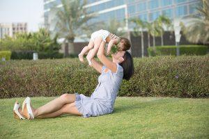 子供を抱え上げる女性