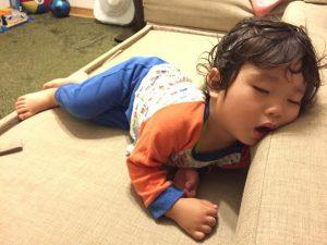 疲れて寝ている子供