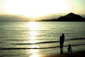 海で散歩する親子