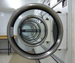 洗濯機が並んだコインランドリー