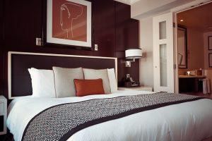 シックな寝室の枕