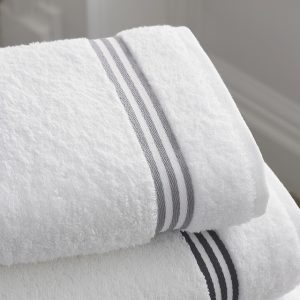 ホテルの白いバスタオル
