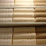 整理された白と茶色のバスタオル