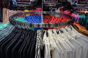 きれいに並んだ衣類