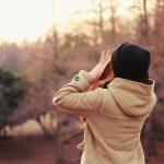 ポリエステルのコートを着た女の子
