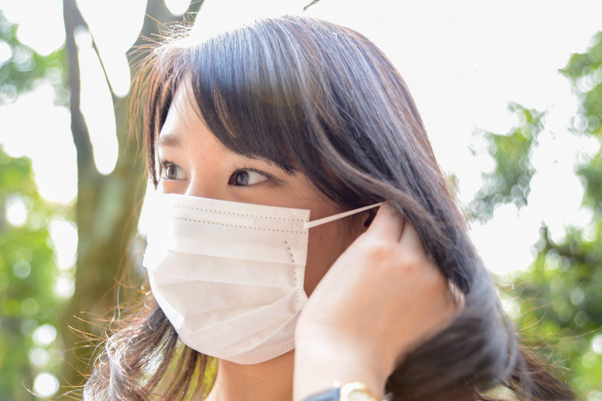 花粉症でマスクを付けた女性