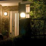 外灯の付いた家の玄関