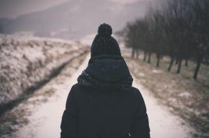 黒いコートを着た女性