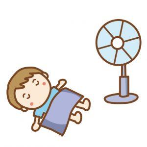 扇風機の前で寝る子供