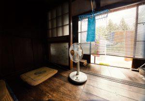 居間にある白い扇風機