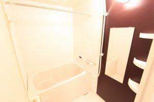 白い清潔な浴室
