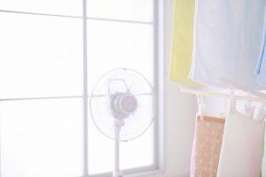 洗濯物を乾かす扇風機