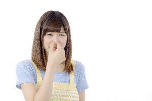 鼻をつまう女性