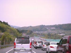 高速道路で渋滞中の車
